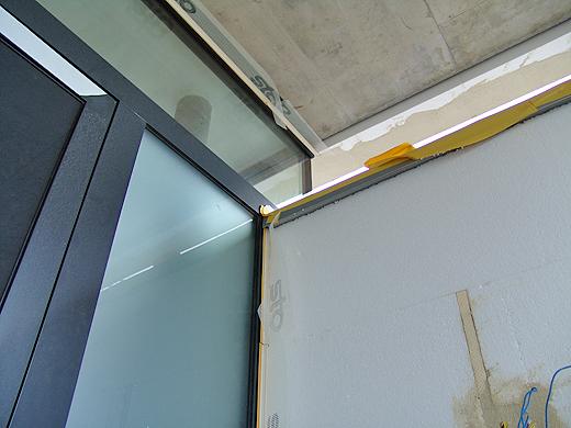 """Die 8cm Dämmplatten beim Eingang mussten durch 6cm Platten ersetzt werden, da es sich sonst mit dem Profil nicht ganz ausgeht. Aber diese Wand grenzt sowieso """"nur"""" zur Garage - da reichen die 6cm aus."""