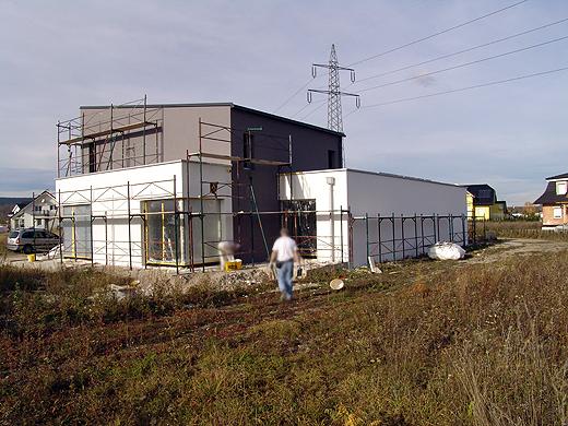 Der Süd- und Ostteil der Fassade ist nun schon komlett fertig. Die Nord- und Westseite werden morgen fertiggestellt.