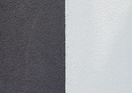 Beide Fassadenfarben im Halbschatten aufgenommen. Je nach Sonneneinstrahlung oder Schatten sieht die Farbe auf den Fotos etwas anders aus.