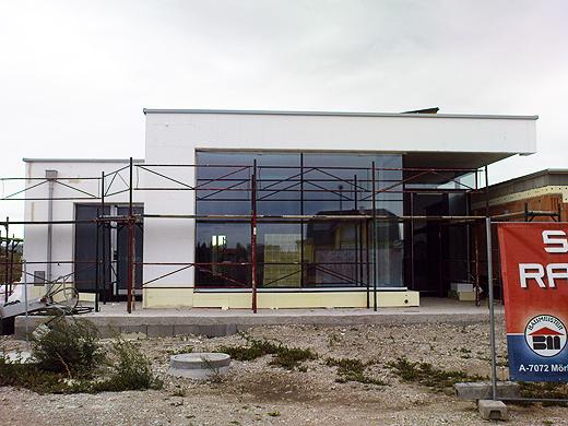 Mit den teilweise schon aufgebrachten Styroporplatten nimmt das Gebäude nun langsam seine Endgültige Gestalt an.