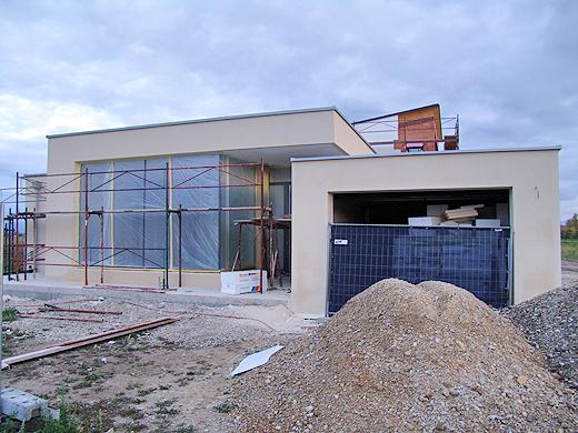 Die Fassader haben bereits die Glasflächen und Rahmen mit Folie abgeklebt. Das bedeutet, dass der Silikatputz bald kommt ...
