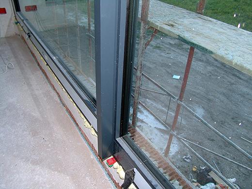 Auch die versprochenen Stützstreben für unser großes Schlafzimmerfenster wurden montiert. Jetzt kann der Wind kommen ...