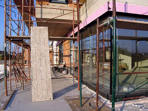 Das Gerüst vor dem Wohnzimmer und dem Obergeschoß kommt morgen endlich zum Einsatz. Heute wurden die letzten Raffstorekästen und Führungschienen für die Raffstores montiert - vorher konnte nicht mit der Fassade weitergearbeitet werden.