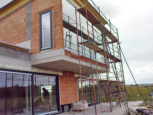 Mittlerweile ist auch die Südwestseite eingerüstet. Nun steht der Fertigstellung des großen Fensters und der Fassade nichts mehr im Weg. Bevor das Gerüst wieder abgebaut wird, werden wir noch das große Fenster putzen - sonst brauchen wir dazu einen Hubsteiger.