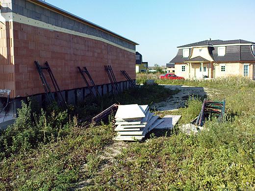 Teile des Fassadengerüstes wurden heute bereits angeliefert und lagern hinter dem Haus.