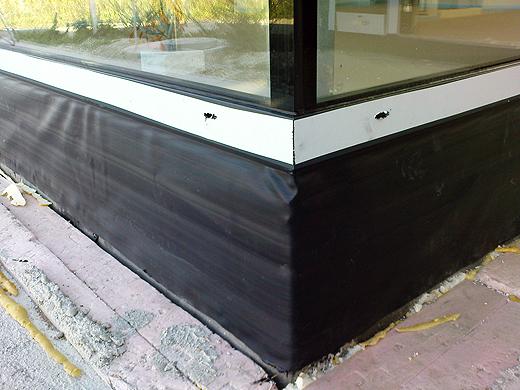 Die Fassade kommt noch diese Woche, daher wurden auch schon die unteren Fensterdichtungen angebracht.