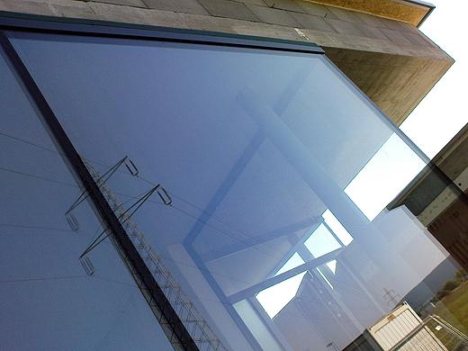 Die beiden großen Bürofrontscheiben sind lediglich durch einen Silikonstreifen verbunden, auch über das Glaseck befindet sich keinerlei Rahmen- oder Stützelement.