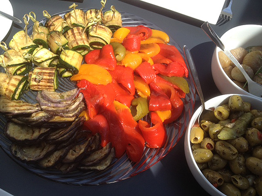 Eine große Auswahl an Antipasit durfte auch nicht fehlen. Ist nicht unbedingt meine Lieblingsspeise (Roland), aber den Gästen hat es hervorragend geschmeckt. Übrigens hat jürgen alles selbst gemacht, nichts wurde gekauft (bis auf die Oliven).