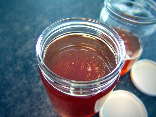 Ist der Honig fertig, dann nur noch in Gläser abfüllen. Man muss darauf achten, dass diese trocken sind, da sonst der Honig bei den Wassertropfen auskristallisiert.