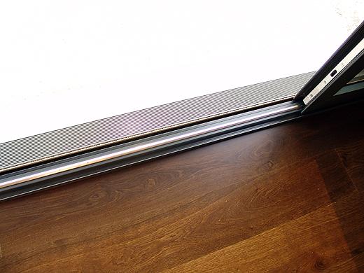 Detail der hebeschiebetüre. Draussen kommt noch eine Holzterrasse hin, welche das selbe Niveau wie das Parkett im Wohnzimmer haben wird (derzeit ist auf der Terrasse noch der rohe Beton).