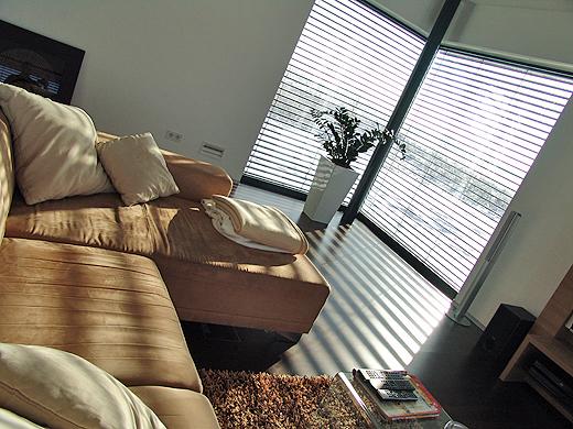 Wenn die Vormittagssonne ins Wohnzimmer schein, dann fühlt man sich so richtig wohl auf der Couch.