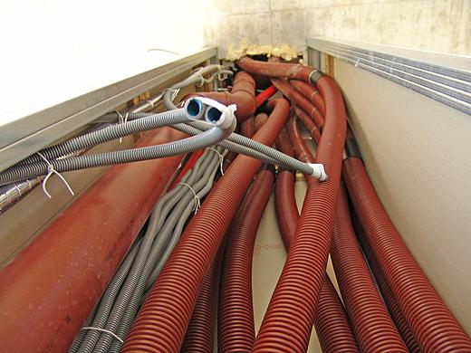 Die Kabel, Leitungen und Rohre ins Obergeschoß werden immer mehr (Abwasser, Warmwasser, Kaltwasser, Zirkulationsleitung, Fußbodenheizung, Lüftungsanlage).