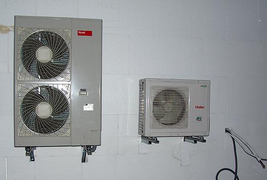 Die beiden Außenteile für Wärmepumpe (links) und Klimaanlage (rechts) gewinnen zwar keinen Schönheitspreis, aber die müssen einfach sein. Egal wo man die hinhängt - optisch stören die überall.