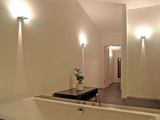 Hier sieht man die drei Wandlampen im Badezimmer und eine im Treppenraum.
