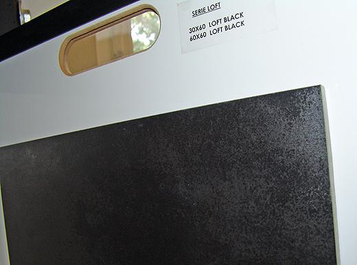 """Das Modell """"Loft Black"""" kommt im Format 60x60 im Badezimmer und oberem WC auf den Boden und im Format 30x60 an die Dusch- und WC Rückwand."""