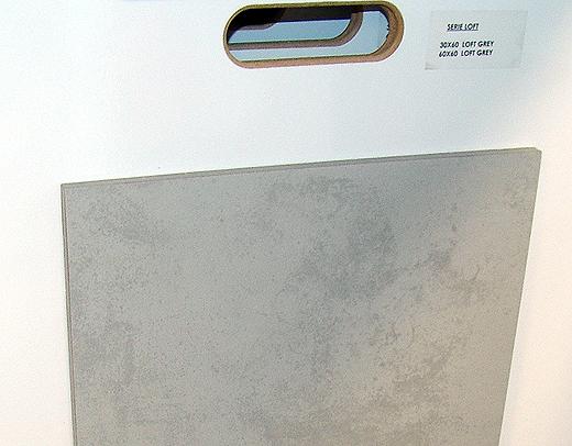 """Das Modell """"Loft Grey"""" kommt im Format 60x60 im Eingangsbereich, in der Gardarobe und im unteren WC auf den Boden und im Format 30x60 an die untere WC Rückwand."""