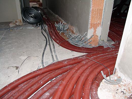 Die ersten Wasserleitungen und Wohnraumlüftungsschläuche laufen schon durch das Erdgeschoß. Die Innenwände sind auch schon alle verputzt.