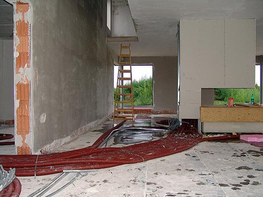 Schön langsam sieht der Innenraum (bis auf den Boden) schon aus wie ein Haus.