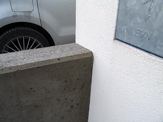 Sichtbeton Mauer Gartenzaun Stabgitterzaun Anschluss an Fassade