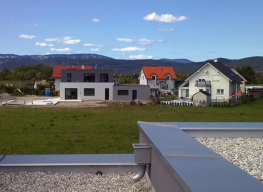 Unser Nachbar ist mittlerweile auch schon eingezogen. Ja, die Fassadenfarbe hat er von uns abgeschaut - deren Architekt war mit den Farbmustern bei uns :-) .