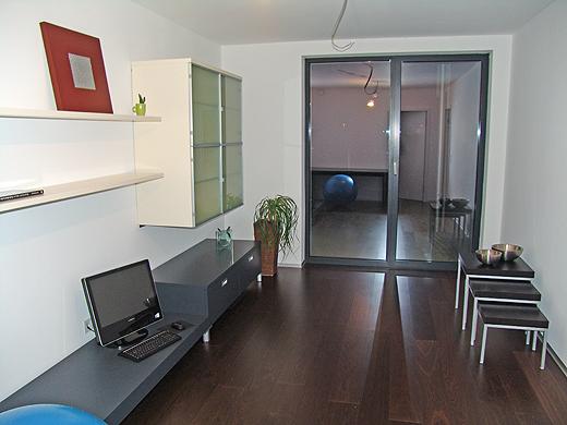 Das alte Wohnzimmer von Jürgen haben wir heute im hinteren Büro bzw. Nebenzimmer montiert. Das Teil ist ein Qualitätsmöbel - das sieht man bei der Verarbeitung und bei der Art der Montage.