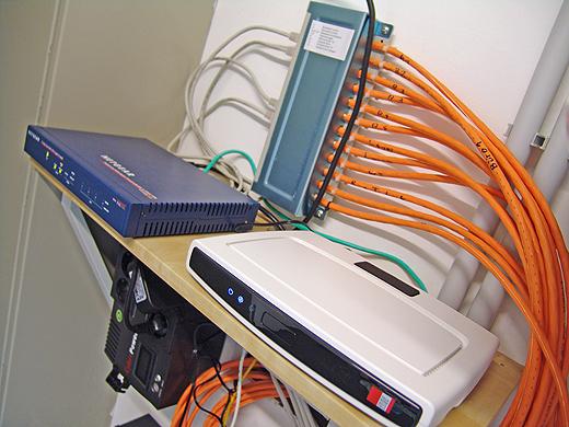 Internet über LAN und WLAN gibts auch schon im Haus. Fehlt nur noch das zweite ADSL Modem fürs LoadBalancing und dann noch der Gigabit-Switch.