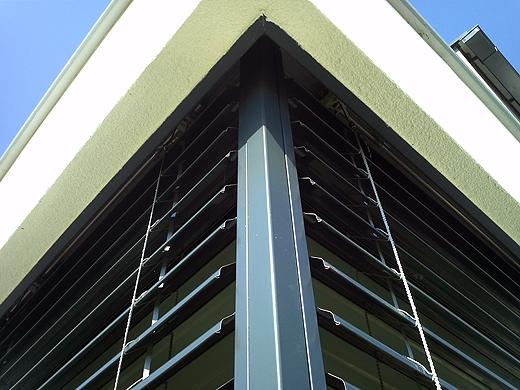 Alle Raffstore sind unterputz angebracht und fahren in einen mit der Fassade verblendeten Kasten unsichtbar ein. Die Raffstore sind nicht mit Seilen, sondern mit Laufprofilen ausgeführt, was eine noch höhere Windfestigkeit ergibt.