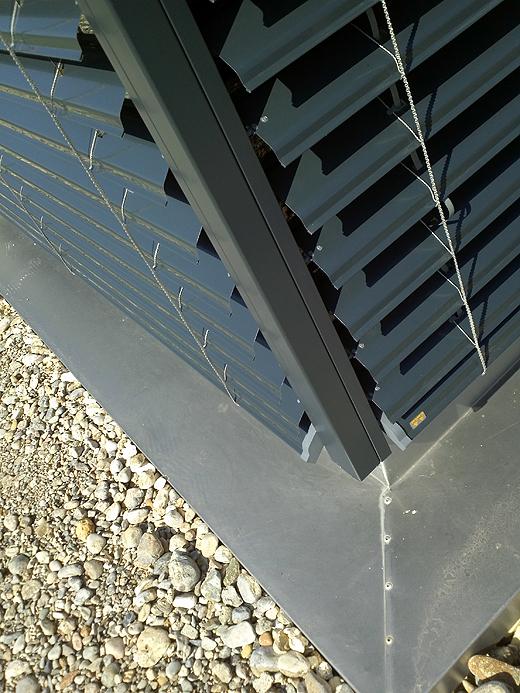 Da im WhiteCube die Glasecken Stoß auf Stoß sind (also ohne Rahmen), wurde die Laufschiene oben und Unten im Rahmen befestigt. Die Verblechung unterhalb der Fenster wird noch mit Kies beschüttet - oder einem Wasserlauf - das wissen wir noch nicht 100%ig.