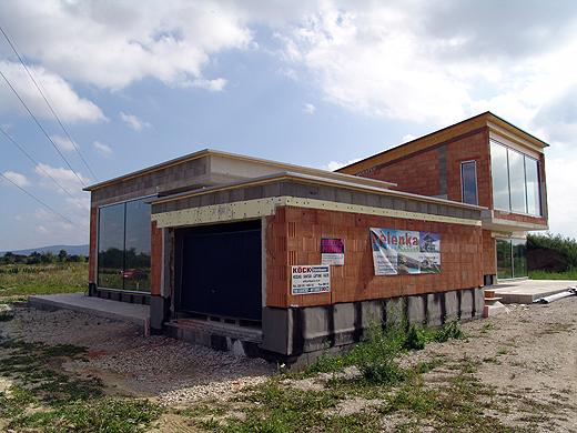 Nordwestseite: Die Garage bietet etwas Sichtschutz für die dahinterliegende Terrasse.