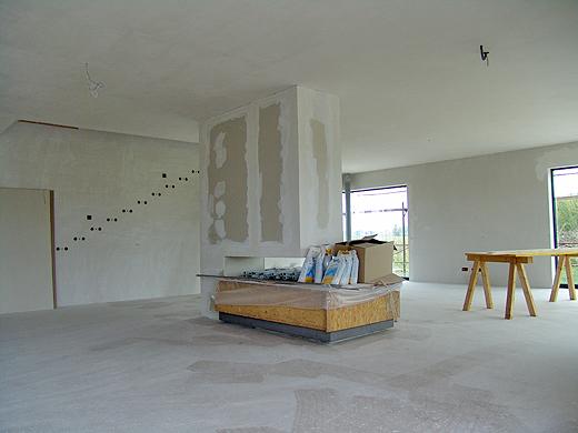 Sobald der Maler fertig ist, wird auch endlich unser Kamin ausgepackt. Aber wie man sieht ist es gut, dass er noch eingepackt ist - jeder verwendet den als Ablage ...