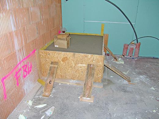 Auf diesen 60cm Sockel im Technikraum wird der Warmwasserboiler gestellt, bevor der 40c, hohe Estrich eingebracht wird. Die Fliesen für Technikraum und Lager werden wir am Montag vom Baumarkt holen.