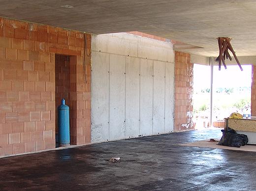 Hier seht Ihr die Betonwand wo die Stufen von links unten beginnend montiert werden.