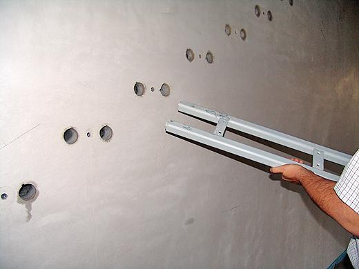 In die vorbereiteten Löcher wird die Stiegentragkonstruktion aus Stahl hineingeklebt und mit dem mittleren Gewinde zusätzlich verschraubt. Darauf kommen dann ganz zum Schluss die Holztreppen.