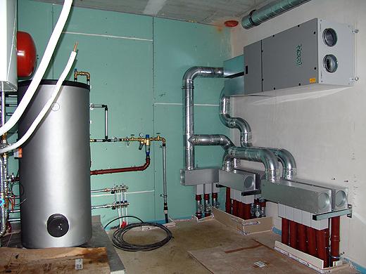 Wasser- und Heizungstechnisch ist schon alles fertig. Bei der Lüftungsanlage fehlen nur noch zwei Rohre. Am Dienstag wird die Heizung und Lüftung nach Anschluss durch die Elektriker in Betrieb genommen.
