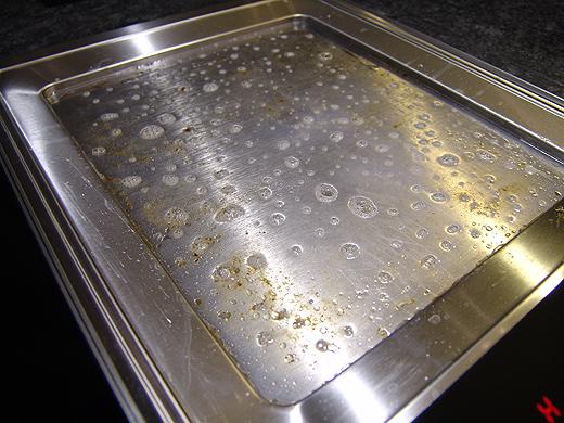 Nachdem die Teppanyaki-Platte auf ca. 40-50 Grad abgekühlt ist, einfach etwas Spülmittel und Wasser reingeben und ein paar Minuten einwirken lassen. Dann einfach mit einem Schwamm oder Küchentuch auswischen. Somit ist die Platte schon mal zu 95% sauber.