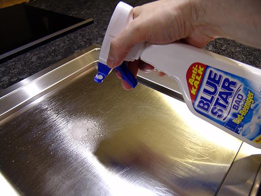 Einige Eiweisrückstände bilden einen weißen Film, den man mit einem Küchenschwamm nur mit der rauhen Seite wegbekommen würde. Damit würde man sich aber dann die Platte verkratzen, was dieser zwar nichts ausmacht, aber nicht schön aussieht. Unser Geheimtipp ist der Bluestar Badreiniger. Einfach auf die kalte Platte sprühen, etwas einwirken lassen und abwischen. Schon ist die Platte 100% Rückstandsfrei sauber.