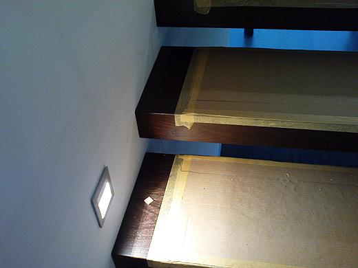 Die einzelnen Stufen, welche aus genau der selben Holzart sind wie unser Parkettboden, wurden von den Arbeitern sorgfältig abgeklebt, damit in den letzten Fertigstellungstagen die Treppe keinen Schaden nimmt.