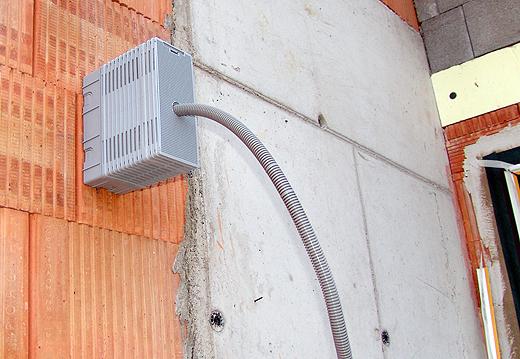 Dort wo später Außenleuchten auf die Fassade kommen, wird vorher eine spezielle Halterung montiert, auf der man die Leuchten einfach und stabil anschrauben kann.