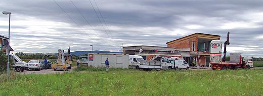 Betonwerk für Badewannenumfassung (Kranwagen mit Hänger), 4 Autos vom Fensterbauer Vorreiter (2 LKW, 1 Hänger, 1 PKW), weiters noch Installateur, Maurer und Spengler ... Es wurde ganz schön eng auf der Baustelle.
