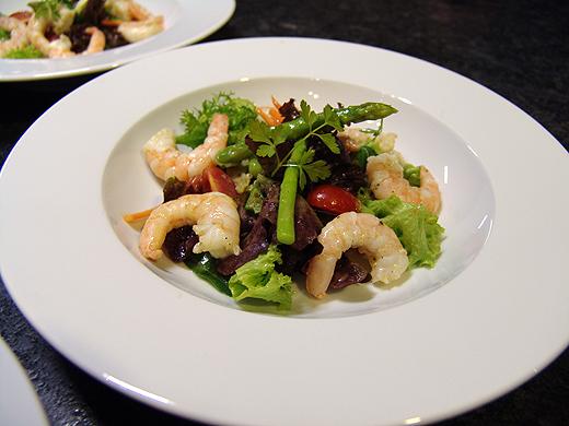 Vorspeise: bunter, herbstlicher Salat mit Garnelen