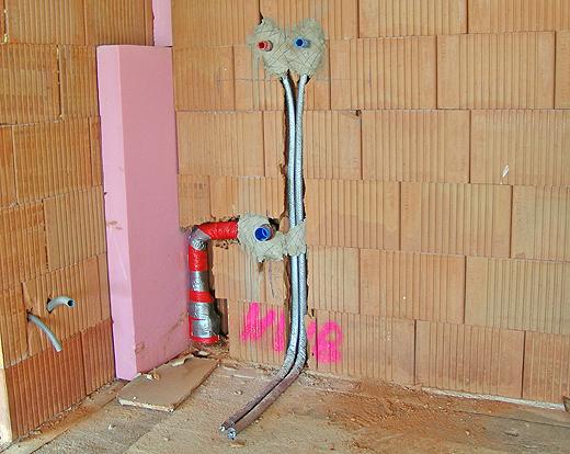 Kalt- und Warmwasser, sowie Abfluß für das Ausgußwaschbecken in der Garage.