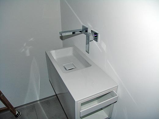 Im unteren WC wurde schon das Alape Waschplatz WP.XS4 Xplore.S mit der Steinberg Wandarmatur montiert.