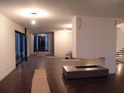 Hier der Blick vom Wohnzimmer in Richtung Esstisch/Küche/Eingangsbereich. Die Gehwege sind für die Professionisten mit Kartons ausgelegt, damit der Parkett keinen Schaden nimmt.