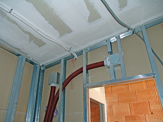 Am Bild sieht man zwei Zuluftausgänge der Wohnraumlüftungsanlage und oben die weißen Stränge sind für die Klimaanlage im Schlafzimmer (wir werden die Klimaanlage aus unserem alten Büro mitnehmen und gleich montieren lassen).